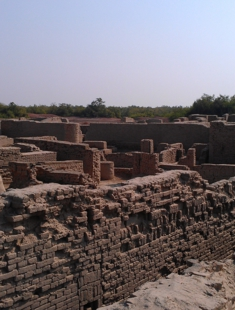City_walls_Moenjodaro.jpg